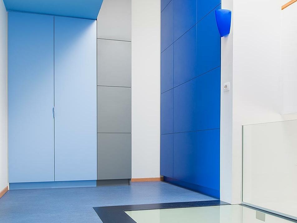 Berging in traphal met beloopbare glasplaat verruimend gevoel met blauwtinten