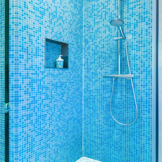 Compacte badkamer Tienen combinatie mozaïek-tegeltjes met warme parket douche met randloze glazen wanden