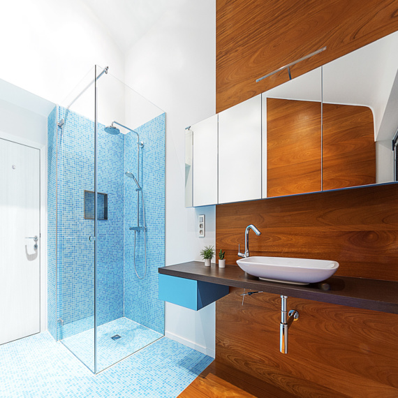 Compacte badkamer Tienen combinatie mozaïek-tegeltjes met warme parket douche met randloze glazen wanden strak wastafeltje moderne pompbak