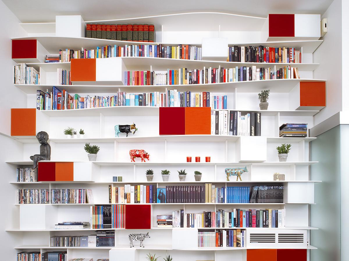 Open boekenkast Tienen Egger volkern wit rood gelakte glazen deuren Lacobel AGC-group golvende leggers