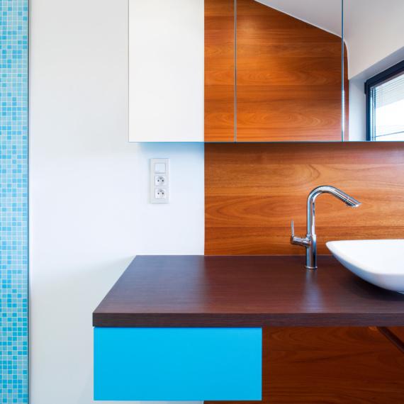 Compacte badkamer Tienen combinatie mozaïek-tegeltjes met warme parket met strak wastafeltje moderne pompbak