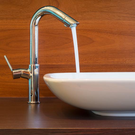 Compacte badkamer Tienen combinatie mozaïek-tegeltjes met warme parket strak wastafeltje moderne pompbak