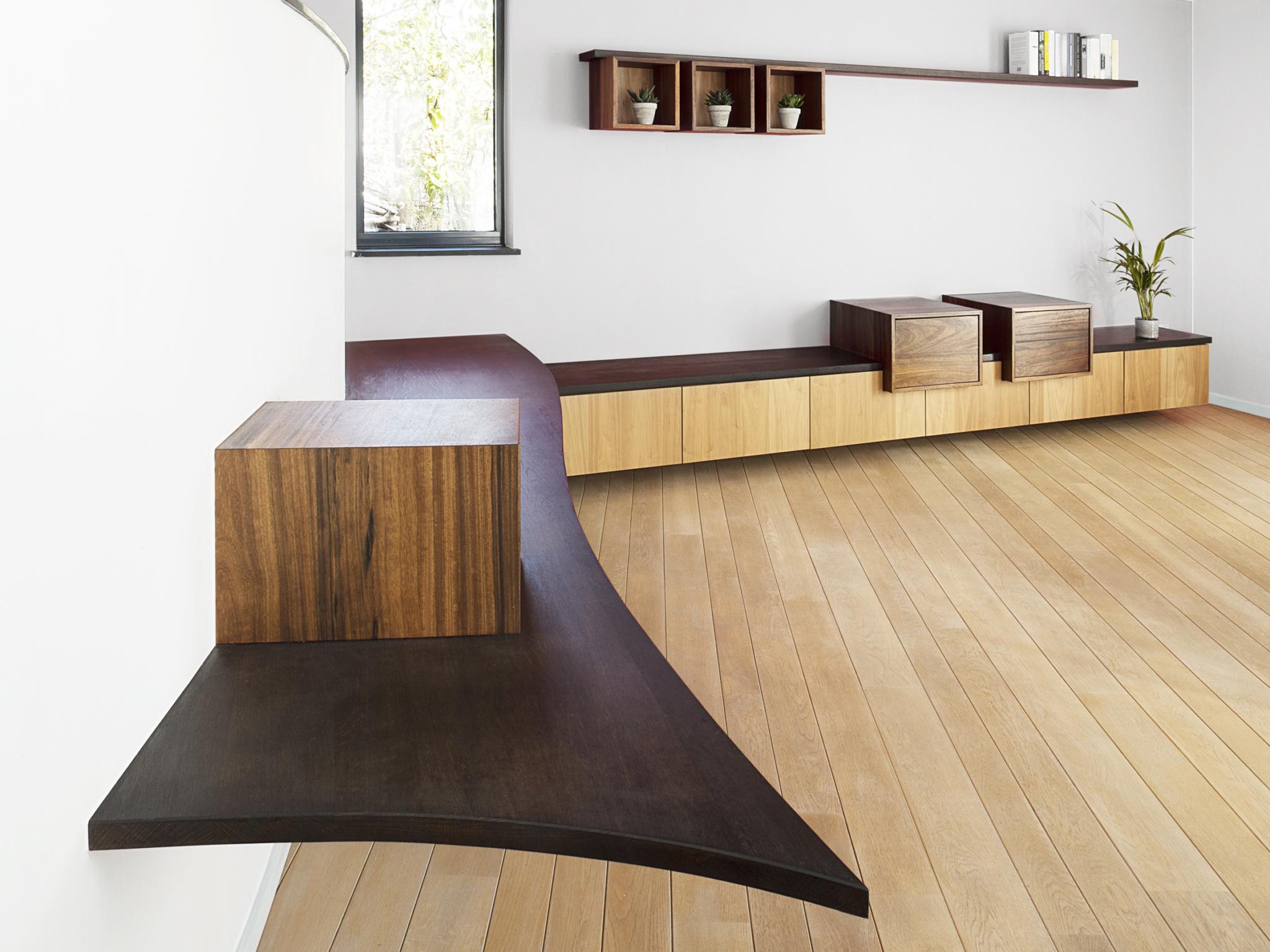 Gebogen eiken tablet rond ronde muur padoekkasten met schuif desert oak fineer fronten onder gekleurd eiken tablet warme leefruimte tienen