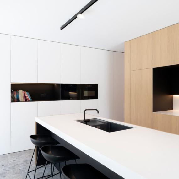 Keuken met eik fineer deuren witte en zwarte accenten miele oven miele stoomoven