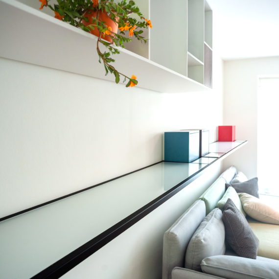 Uniek meubelstuk in woonkamer Borgerhout melange van kleuren en kubistisch indruk geven Mondriaan sfeer zwart metaalwerk met ingewoven glas